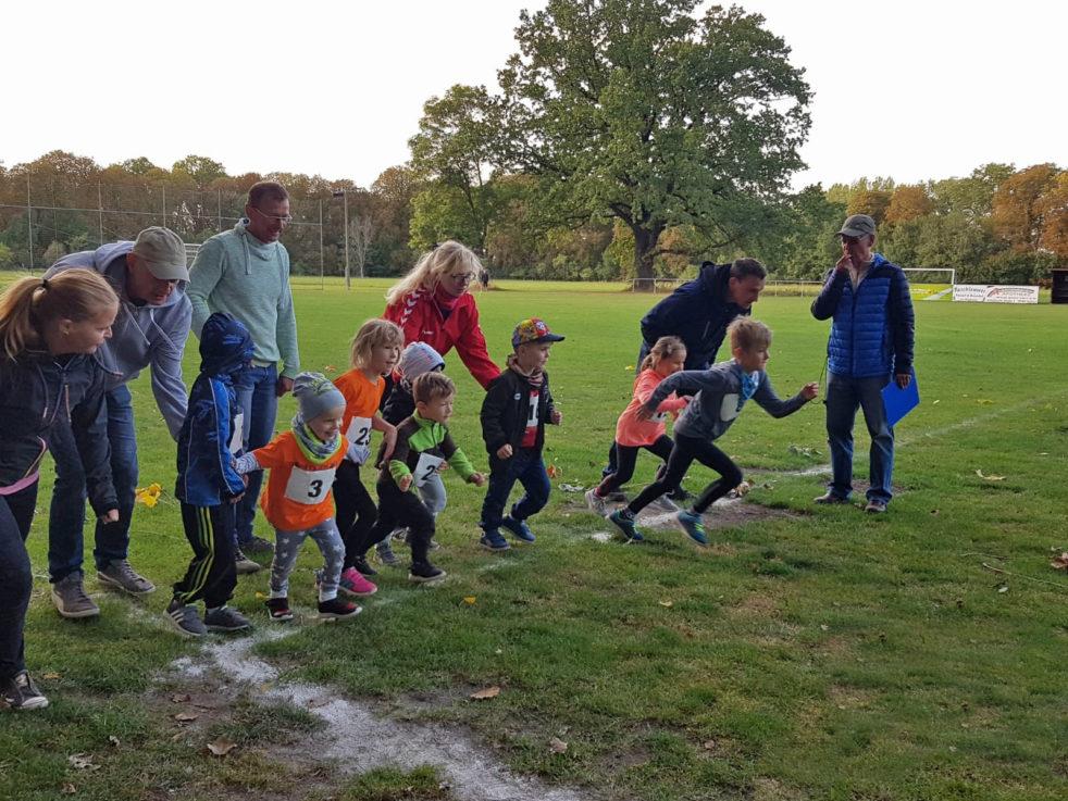 Die Kinder laufen von der Startlinie los.