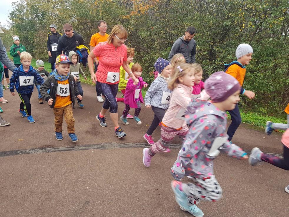 Die Bambini stürmen von der Startlinie los.