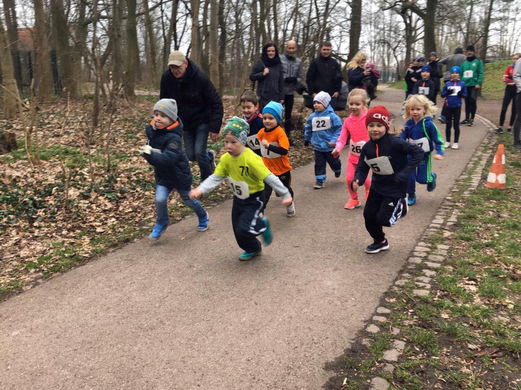 Die Kinder laufen über die Startlinie.