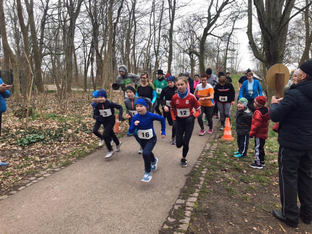 Die Gruppe älterer Läufer läuft los.
